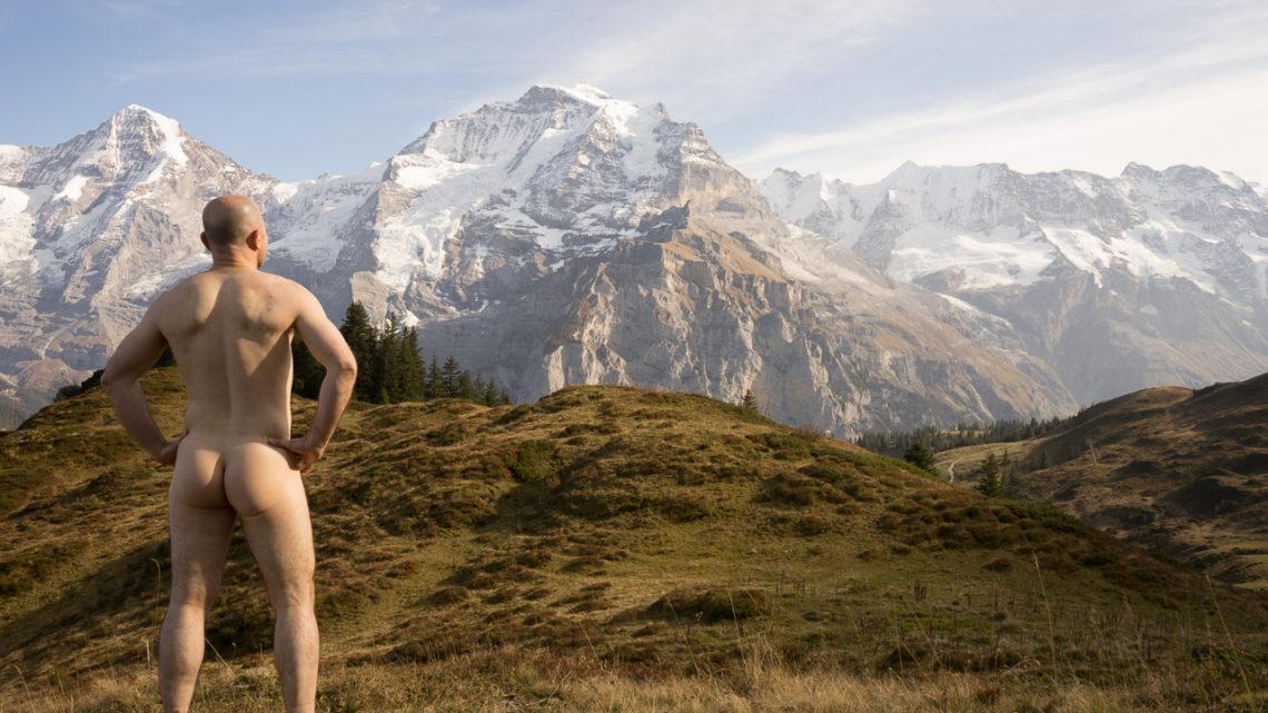 스위스의 알프스에서 누드 하이킹
